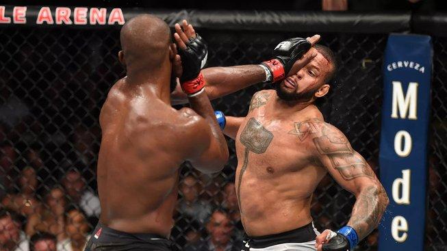Hrdinský výkon Santose, v boji o titul čelil Jonesovi se zničeným kolenem