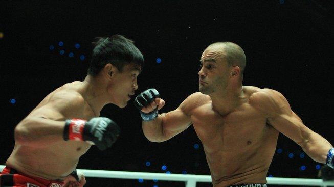 Bývalí šampioni na asijském ONE nezaváhali a postupují dál v turnaji, podívejte se na jejich zápasy