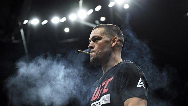 Nate Diaz si na otevřeném tréninku zapálil joint