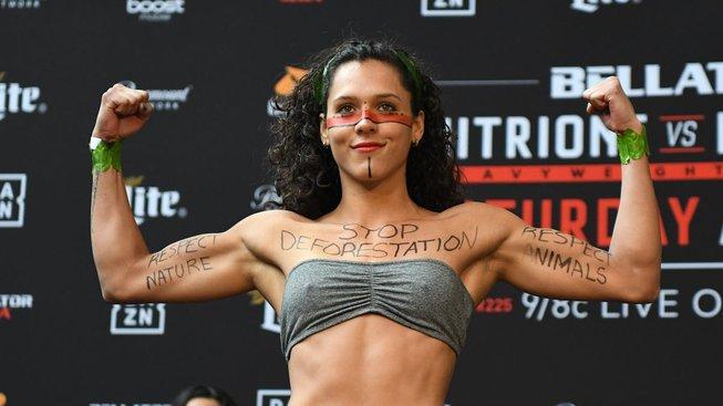 V pátek protestovala MMA bojovnice za deštné pralesy, v sobotu zvítězila v kleci