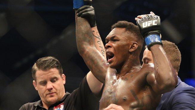 Israel Adesanya knockoutoval Whittakera a je novým šampionem střední váhy