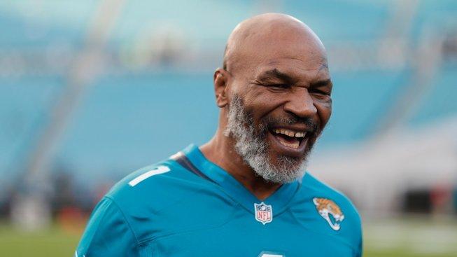 Mike Tyson ještě nepatří do starého železa. Podívejte se, jakou má pořád ránu!
