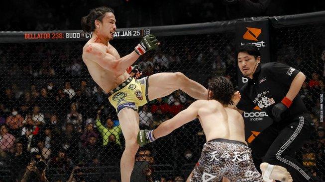 Japonský bojovník ukončil zápas tvrdým soccer kickem