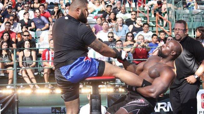 Nejbizarnější bojový sport, který naštěstí skončil v propadlišti dějin? MMA páka!