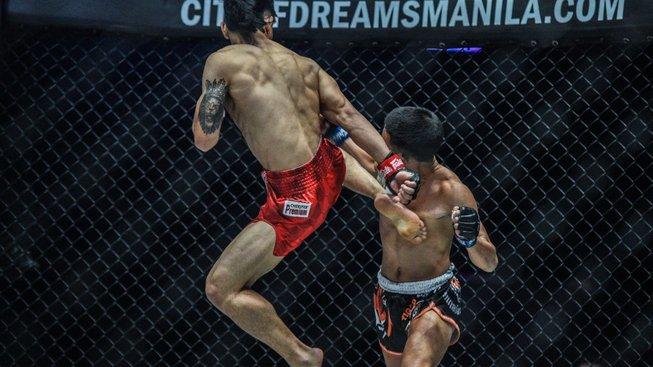 Thajský bojovník Pongsiri vydržel strašlivé bití v postoji, Adiwang ho musel upáčit na zemi