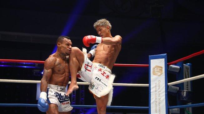 Kickboxeři do toho vlétli bez respektu, divoká přestřelka skončila KO v prvním kole