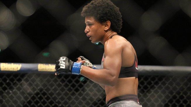 Američanka Hill má nový rekord v UFC a další zářez na pažbě