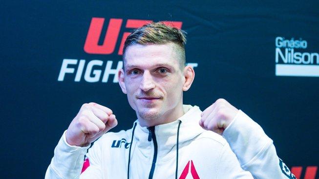 """""""Jakmile jsem vyšel z klece, podlomily se mi nohy a spadl jsem na zem,"""" řekl Dvořák po vyhraném zápase v UFC"""