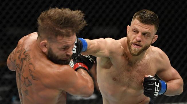Stephens sliboval Kattarovi rychlý konec, nakonec ale sám padl TKO tvrdými lokty