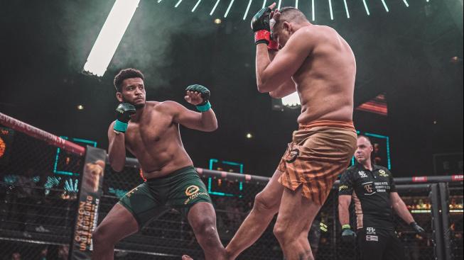 Pyramida do 100 kg přinesla velké překvapení, začínající Mané udolal velezkušeného kickboxera Tomáše Hrona
