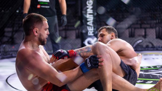 Nejlepší obrana proti páce na nohu? MMA bojovník se nerozmýšlel a svému soupeři dal KO