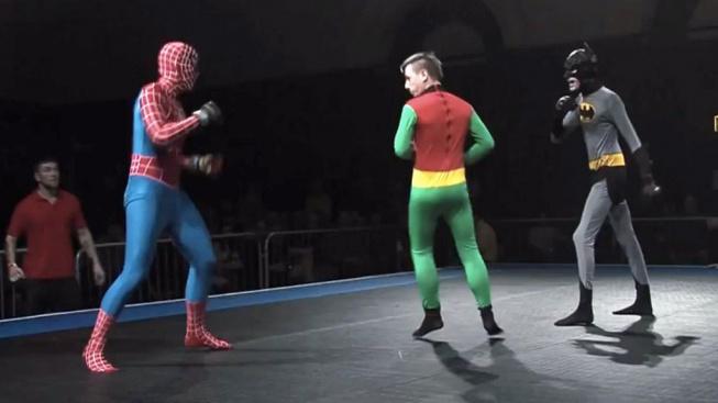 Už víme, jestli by Spiderman dokázal porazit Batmana. Na turnaji v Anglii se spolu utkali oba superhrdinové a výsledek byl jednoznačný