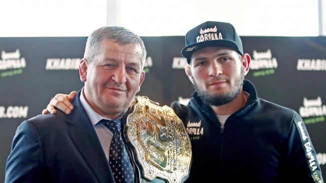 MMA svět truchlí za smrt Khabibova otce, Abdulmanapa Nurmagomedova