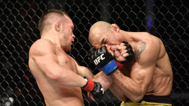 UFC má nového bantamového krále. Petr Yan porazil po skvělé bitvě Josého Alda na technické KO