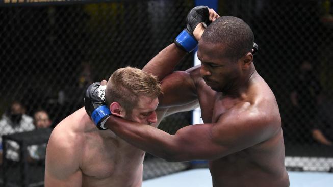 Skvělá ukázka thajského klinče v MMA. Mike Rodriguez uspal polského karatistu tvrdým loktem