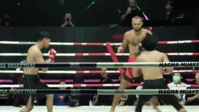 """MMA zápas """"dva na jednoho"""" a souboj mezi mužem a ženou. Bizarní turnaj v Thajsku ukázal šílenou show"""