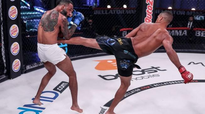 Nejhorší konec v dějinách MMA? Zakázaný kop mezi nohy bojovníka v kleci rozbrečel, odnést ho museli na nosítkách