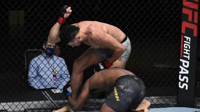 Soupeř ho měl na lopatě, o pár vteřin později vyhrál nevyzpytatelný Johnny Walker na TKO