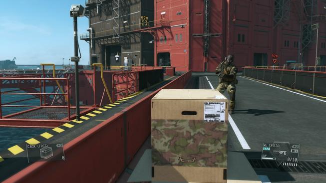 Loupež jako z Metal Geara - lupič se schovával v krabici