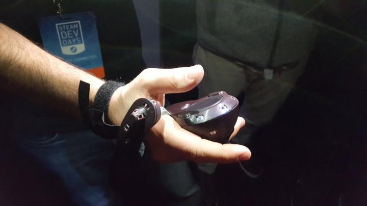 Prototyp ovladače pro virtuální realitu HTC Vive rozezná pohyb prstů