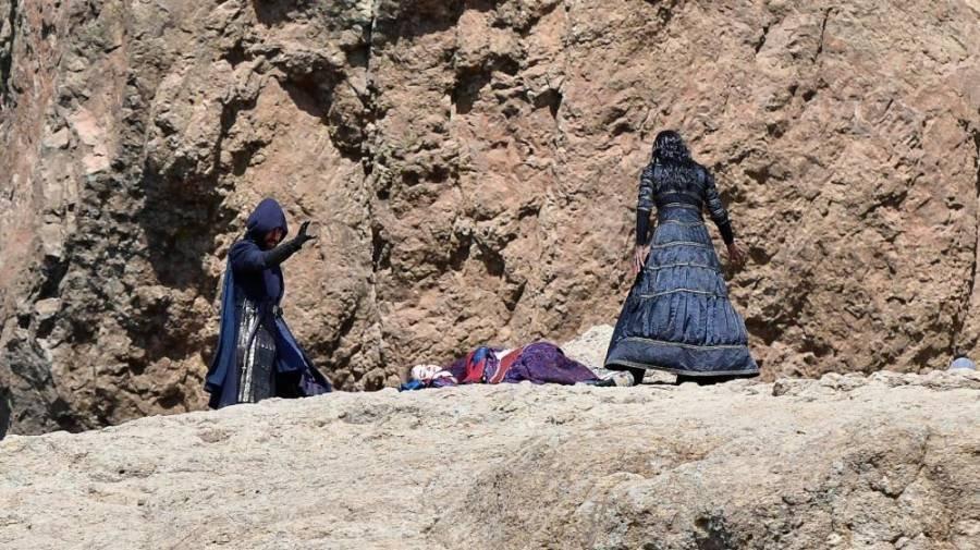 První fotky z natáčení seriálu Zaklínač ukazují Anyu Chalotru jako Yennefer