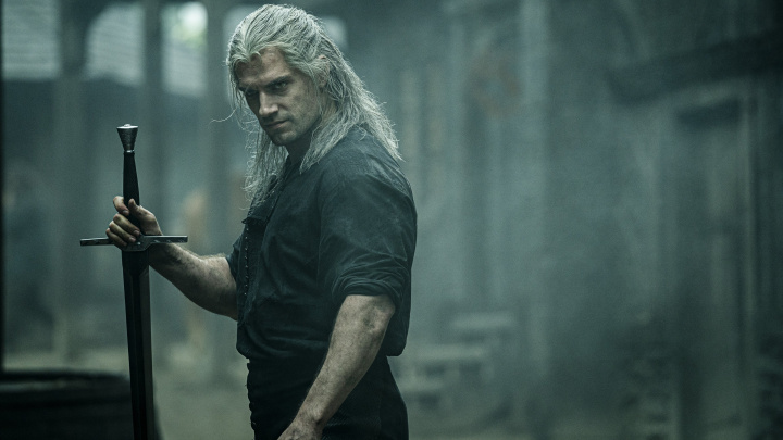 Henry Cavill v roli Geralta v novém videu předvádí, jak se Zaklínač umí ohánět s mečem