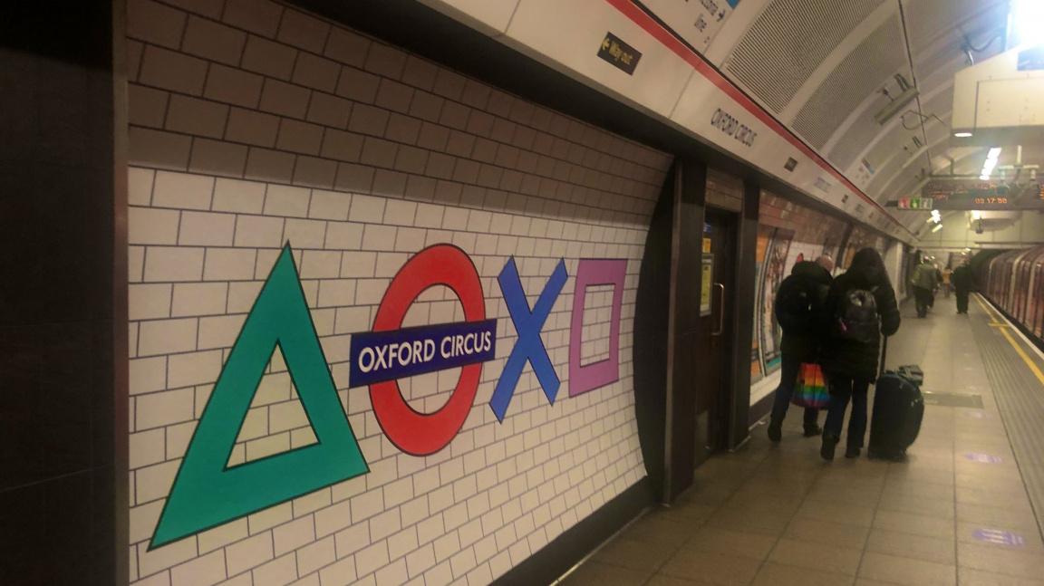 Londýnské metro změnilo logo v rámci kampaně k uvedení PlayStationu 5 na trh