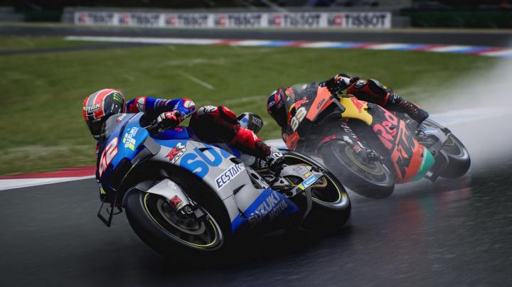 V MotoGP 21 si po pádu musíte sami doběhnout pro motorku