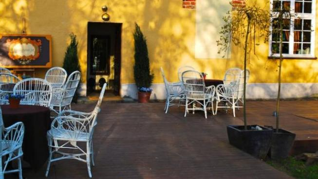 Zahrádky v kavárnách fungují již od jara, ale většinou je zákazníci nejvíce využívají v létě