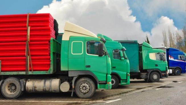 Tým odborníků teď analyzuje, zda a při jaké výši zlevnění by kamiony projíždějící Českem skutečně tankovaly u českých pump, Foto:SXC