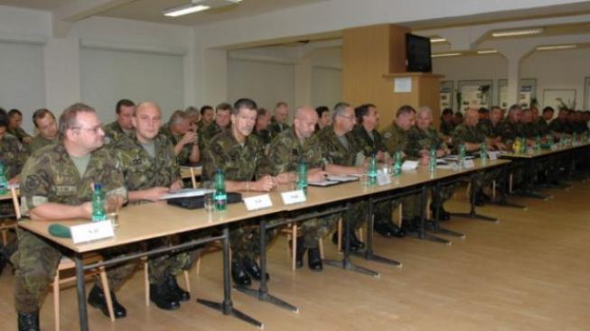 Celkovou úpravu soustavy si vyžádal nesoulad systému českých vojenských hodností se strukturou v ostatních zemích NATO., Foto:Army