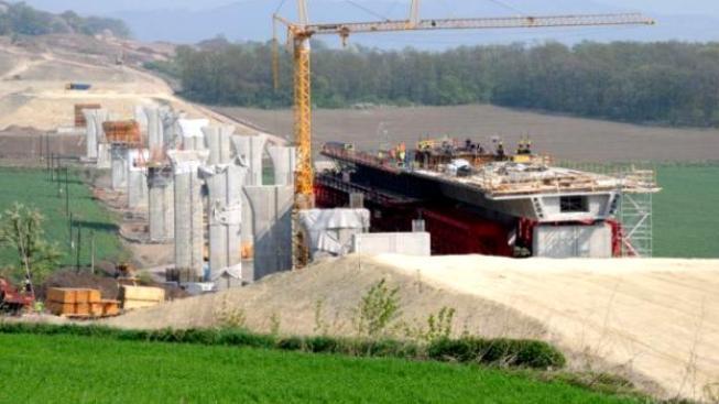 Na úseku se sice staví, ale mezi mosty a tunely jsou stále nedotčené zhruba dva kilometry polí, Foto: ŘSD