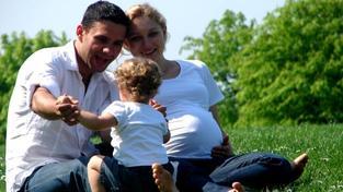 Rodiče se po zvážení všech okolností musí sami rozhodnout, zda chtějí při péči o zdravotně postižené dítě zažádat a čerpat rodičovský příspěvek nebo příspěvek na péči, Foto:XC