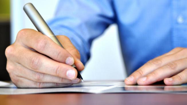 Nenápadné ustanovení, krčící se třeba kdesi v patnáctém odstavci na konci páté strany ke smlouvě přiložených obchodních podmínek má úplně stejnou platnost, jako kterýkoliv jiný závazek, k jehož plnění se smluvní strany svým podpisem zavázaly. Foto:SXC