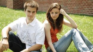 Téměř 87 % mladých do 25 let trvá na pročtení smluvních podmínek před podpisem, 70 % z nich by nepodepsalo bianco směnku a 68 % se zajímá o sankce za předčasné splacení úvěru. Foto:SXC