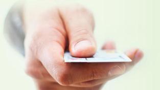 Sociální kartu tak budou mít příjemci sociálních dávek podle představitele České spořitelny dál, bude jim totiž povinně sloužit jako průkazka