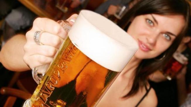 Nezřídka se stává, že třetinka nejlevnějšího jedenáctistupňového piva stojí patnáct korun, perlivá voda naproti tomu je o čtyři koruny dražší! Ilustrační Foto: Staropramen