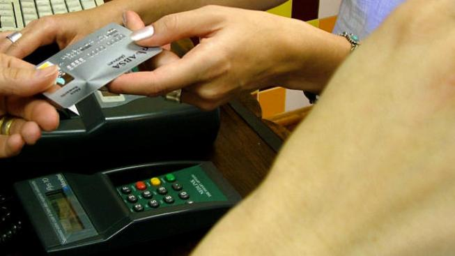 Domácí držitelé karet i přesto dávají přednost používání karet v obchodech na úkor výběrů hotovosti z bankomatů. Foto:SXC