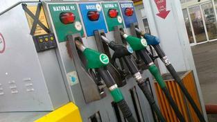Klesly rovněž průměrné ceny pohonných hmot na burze v Rotterdamu, kde se cena benzinu snížila o 4,7 procenta a nafta byla levnější o 3,5 procenta. Foto:NašePeníze.cz