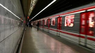 """Nejvíce si """"chytači černých pasažérů"""" vydělají v Praze. Zde má 150 revizorů mzdový tarif mezi 13 410 a 16 470 korunami, přičemž střed je necelých 15 tisíc korun. Navíc však dostávají ještě třicet procent jako kolektivní výkonnostní odměnu a prémie za výko"""