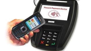 Průměrná výše platby klientů, kteří využívají klasické kontaktní debetní karty, dosahuje 752 korun, průměrná výše jedné debetní NFC platby mobilem je 298 korun. Foto:SXC