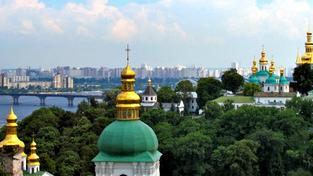 Situaci na Ukrajině momentálně nejvíce zhoršuje její rozpolcenost, kdy západní část země je orientována spíše proevropsky a východní část jde na ruku svému východnímu sousedovi, Rusku. EU sice vyvíjí snahy namířené na finanční pomoc, i v tomto případě ale