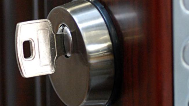 Pojištění je jedna věc a správné zabezpečení ta druhá. Pokud si necháte na vstupních dveřích do vašeho bytu obyčejný zájem, pojišťovna také může odmítnout s vámi pojištění domácnosti sjednat. Foto:SXC
