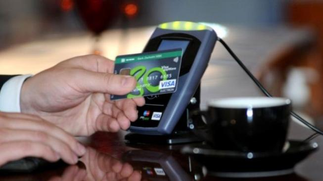 Poplatky, které banky účtují za zpracování transakcí platebními kartami jako Visa či MasterCard by měly být dle poslanců zastropovány na 0,3 % hodnoty transakce. Foto:SXC