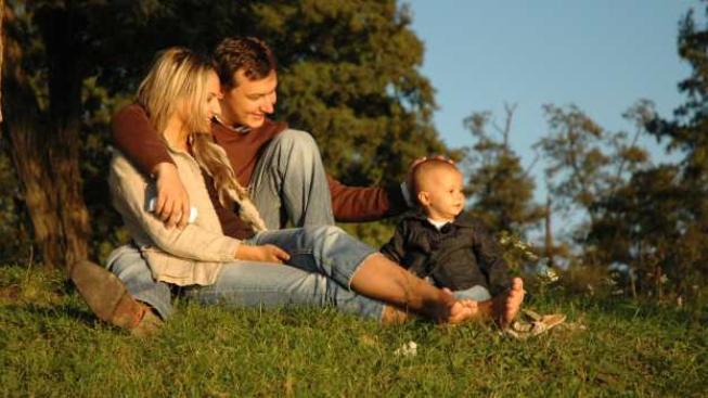 Založení rodiny a narození dítěte znamená významné snížení příjmů domácnosti, zvláště v případě, kdy muž pracuje a žena je na rodičovské dovolené.