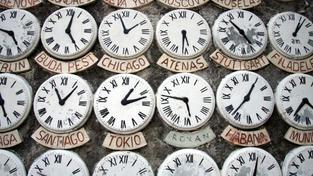 Teorie nemovitostních hodin uznává, že každý trh funguje v cyklech popsatelných pohybem hodinových ručiček kolem ciferníků. Na ciferníku hodin jsou vyznačeny různé fáze cyklu, kterými trh s nemovitostmi prochází – boom, přehřátí, propad, oživení. Foto:SXC