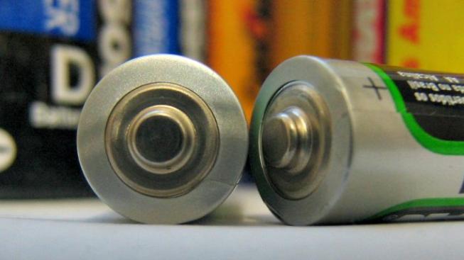 Do testu v redakci d Test nakoupili 13 modelů baterií od notoricky i méně známých značek. Zajímalo nás pochopitelně hlavně to, jak se od sebe jednotlivé modely liší svou výdrží a zda se vysoké ceny některých baterií skutečně promítají do jejich výkonů.