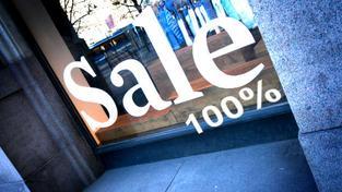 Příliš nevěřte výlohám, které lákají na krachy cen, totální výprodeje a slevy 80 %. Když se důkladně zadíváte na reklamu, bude často před číslicí malinkaté slovíčko až. Foto:SXC, text: dTest