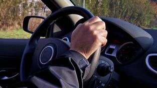 Základní povinností motoristy vůči pojišťovně je včas platit pojistné v plné výši. Pokud motorista nezaplatí včas pojistné v plné výši, začíná pojišťovně, u které si povinné ručení sjednal, dlužit pojistné. Foto:SXC