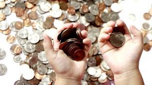 Výdaje na státní důchody za rok 2014 činily 376,4 miliard Kč, příjmy přitom byly jen 333 miliard Kč. Důchodový účet skončil v deficitu 43,4 miliard Kč. Foto:SXC